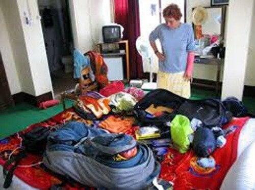 donna con oggetti sul letto ordinare cose