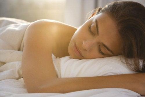 donna che dorme metodo addormentarsi
