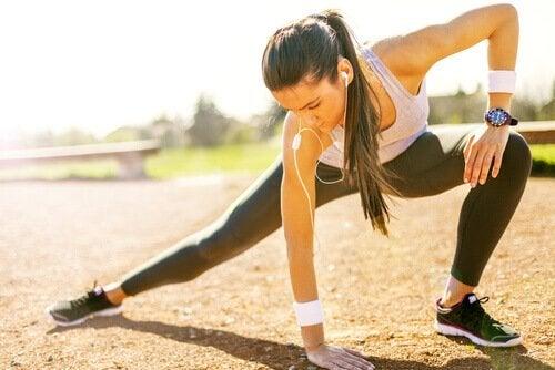 ragazza che fa sport per fibromialgia