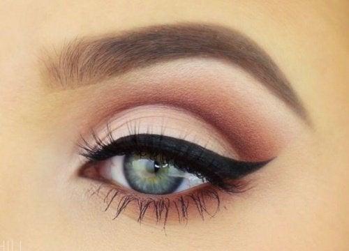 Eye-liner make-up