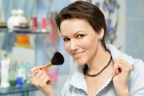 Ragazza-che-si-trucca make-up