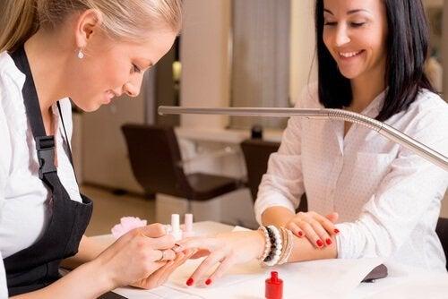 Ragazza-che-sta-facendo-la-manicure unghie finte