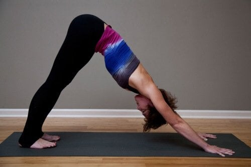 posizione yoga del cane nervo sciatico