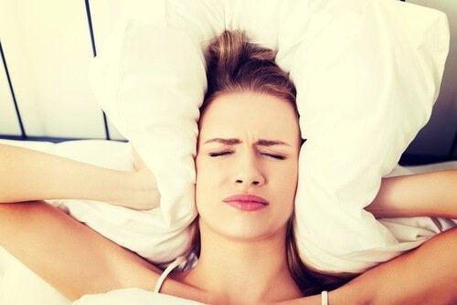 Svegliarsi con il mal di testa: perché succede?