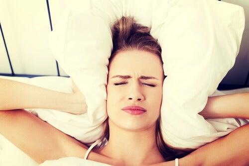 Perché ci svegliamo con il mal di testa?