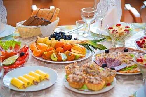 tavola imbandita alimenti