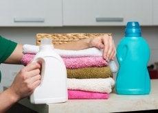 asciugamani con contentori di ammorbidenti