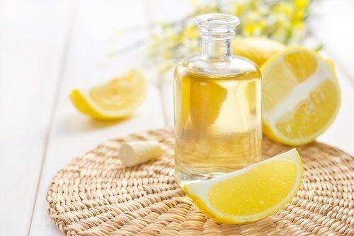 Boccetta con succo di limone per pulire i mobili