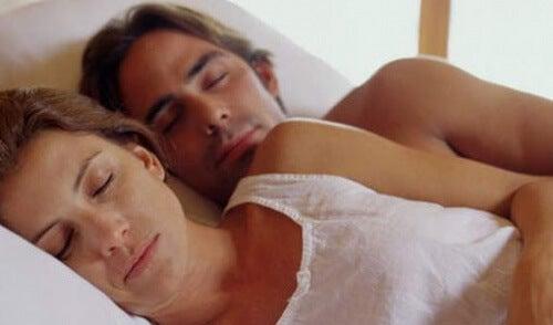 coppia che dorme abbracciata