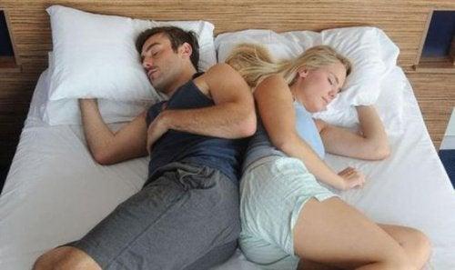 coppia che dorme di lato