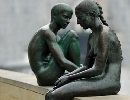 statue coppia di fratelli
