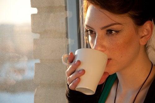 donna che beve una tisana