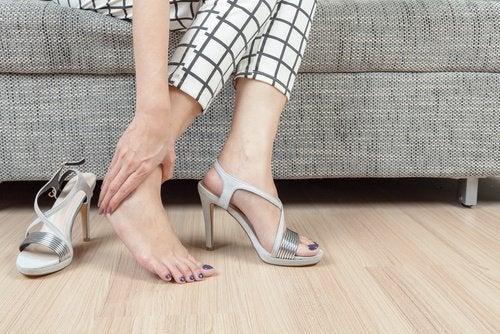 la scorza di limone può migliorare la salute dei piedi