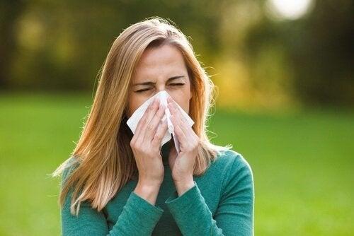 donna che si soffia il naso acqua e miele