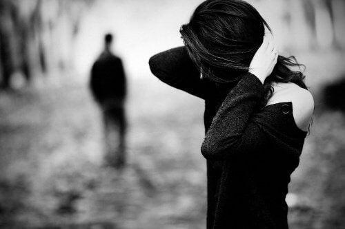 donna che si tocca i capelli e uomo che si allontana fine relazione