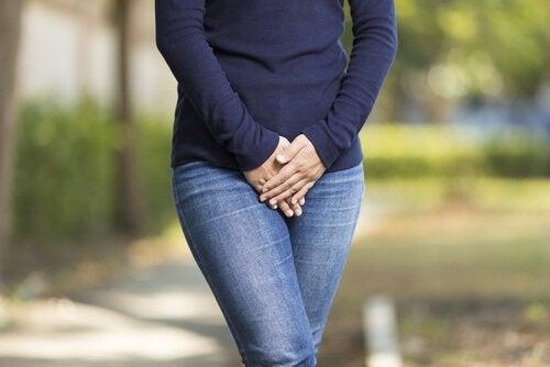 donna con infezione urinaria acqua e miele