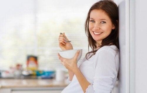 donna con una tazza abitudini alimentari