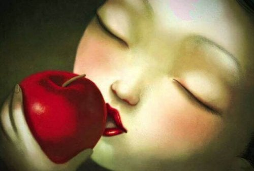 donna-morde-mela elemosinare amore