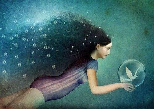 donna nuota con sfera che contiene colomba