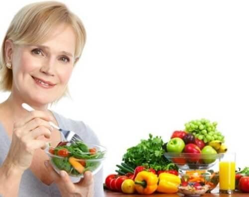 donnna che mangia verdure abitudini alimentari