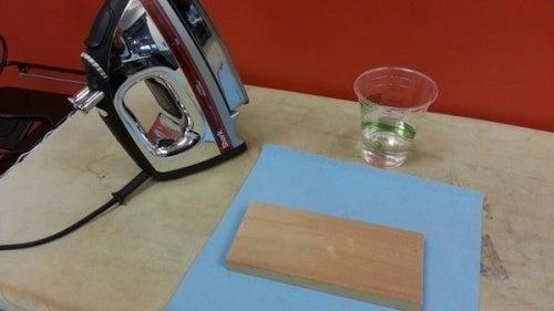 ammaccatura ferro da stiro e bicchiere d'acqua