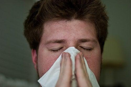 ragazzo che si soffia il naso congestione nasale