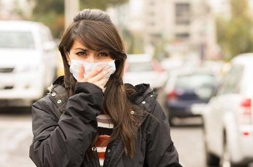 Ragazza con mascherina protettiva sulla bocca