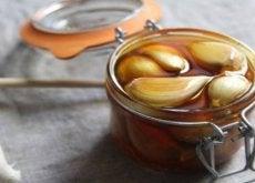 contenitore con miele all'aglio per malattie respiratorie