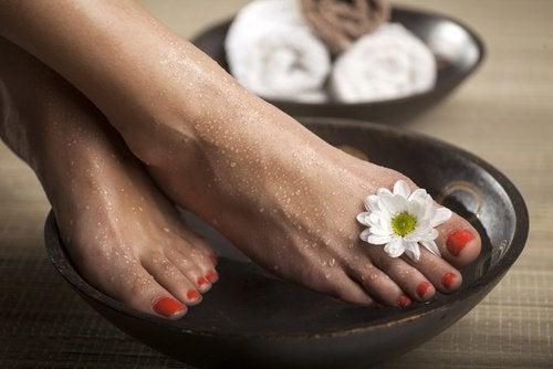 pediluvio - piedi con fiori micosi delle unghie