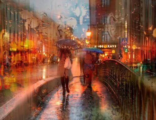 persone che camminano sotto la pioggia perdersi