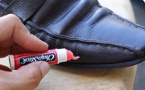 proteggere le scarpe con il  burrocacao
