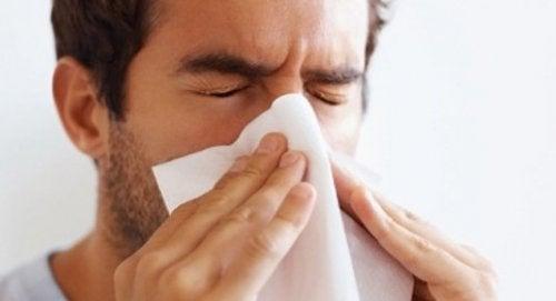 uomo con congestione nasale
