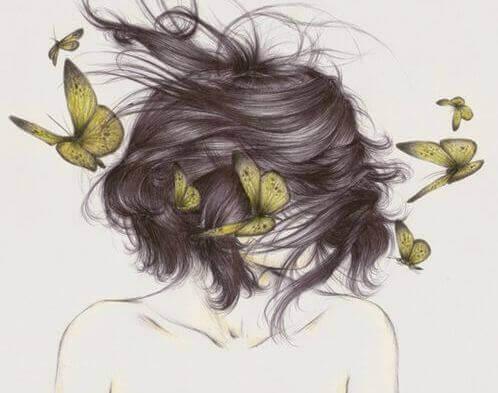 Ragazza con capelli sul viso e farfalle