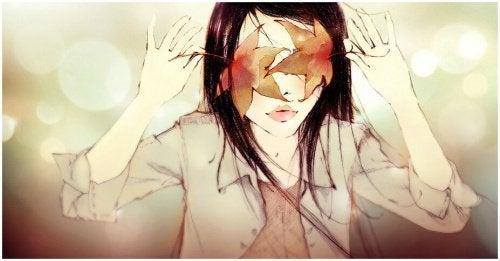 Ragazza con foglie sugli occhi