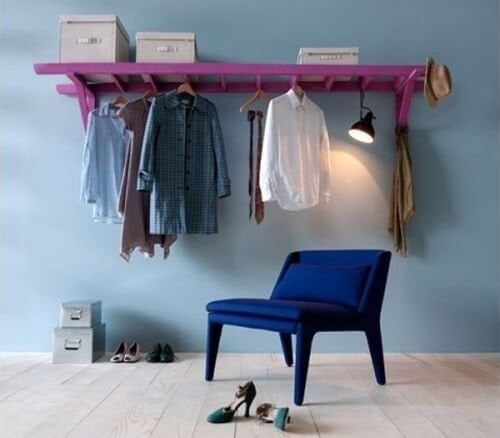 scala con vestiti appesi armadio