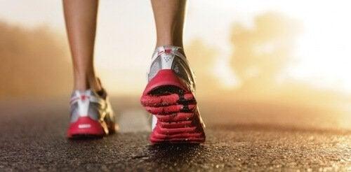 scarpe da ginnastica esercizio fisico