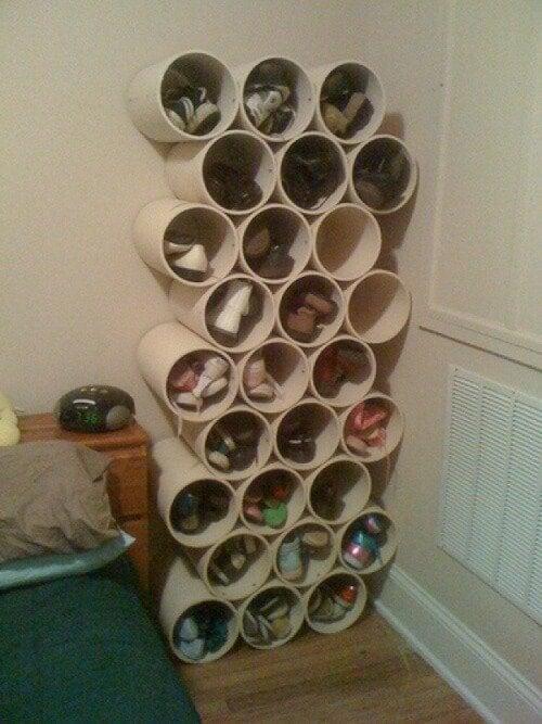 scarpe dentro dei tubi armadio