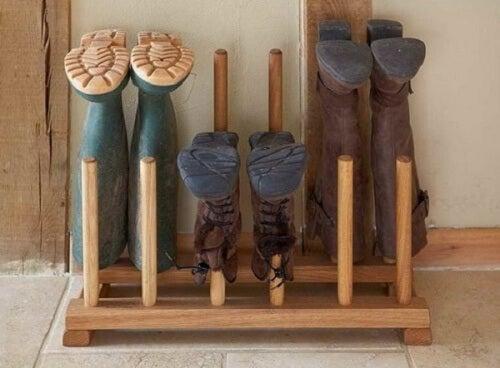 scarpe in supporto di legno
