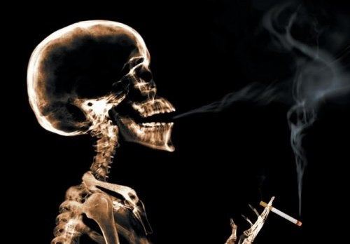 Scheletro con sigaretta