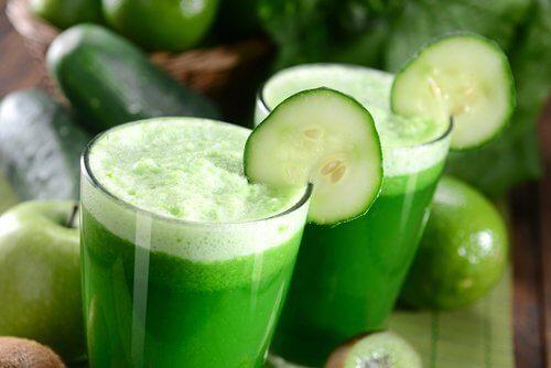 Succhi e frullati verdi per la colazione