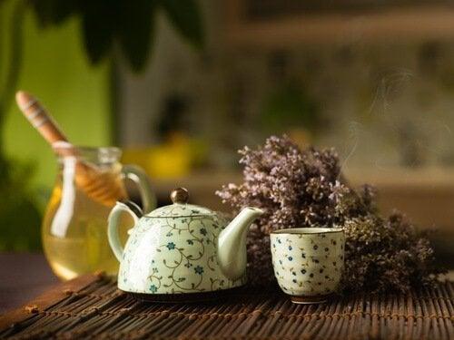 teiera con acqua e miele