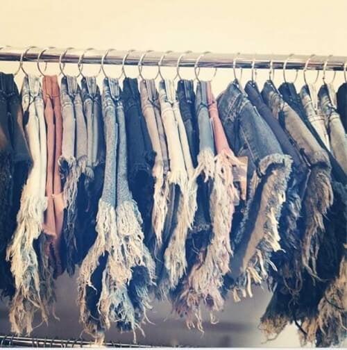 vestiti appessi a dei ganci armadio