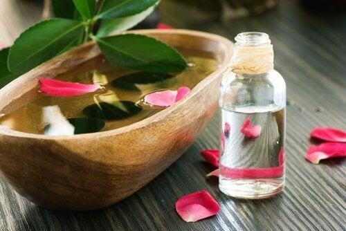 Acqua alla rosa flaccidità del viso