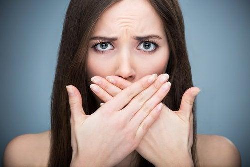 Alito cattivo donna con mani sulla bocca