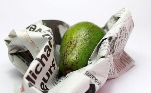 Far ammorbidire un avocado con un giornale