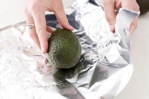 far ammorbidire un avocado in foglio di alluminio