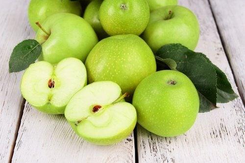mele verdi sul tavolo