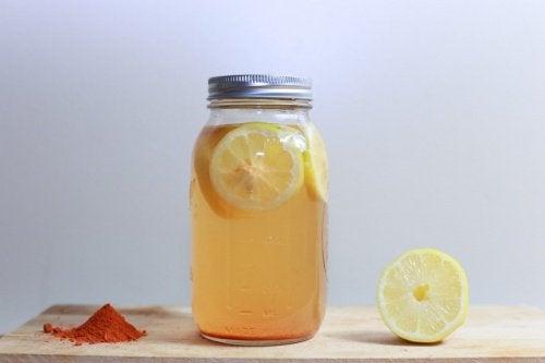 Bevanda curcuma e limone per perdere peso e migliorare la digestione