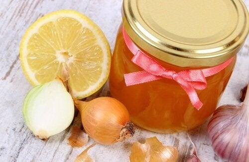 Cipolla e miele per alleviare la caduta dei capelli