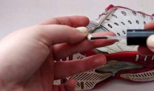 Fissare lacci delle scarpe con lo smalto